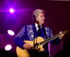 Peter Cetera performs
