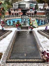 Elvis' final resting place beside his parents at Graceland